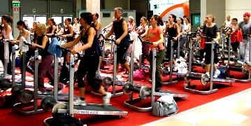 i-benefici-della-camminata-veloce-per-dimagrire-gambe-cosce-e-glutei-allenamento-sul-tapis-roulant-e-walking